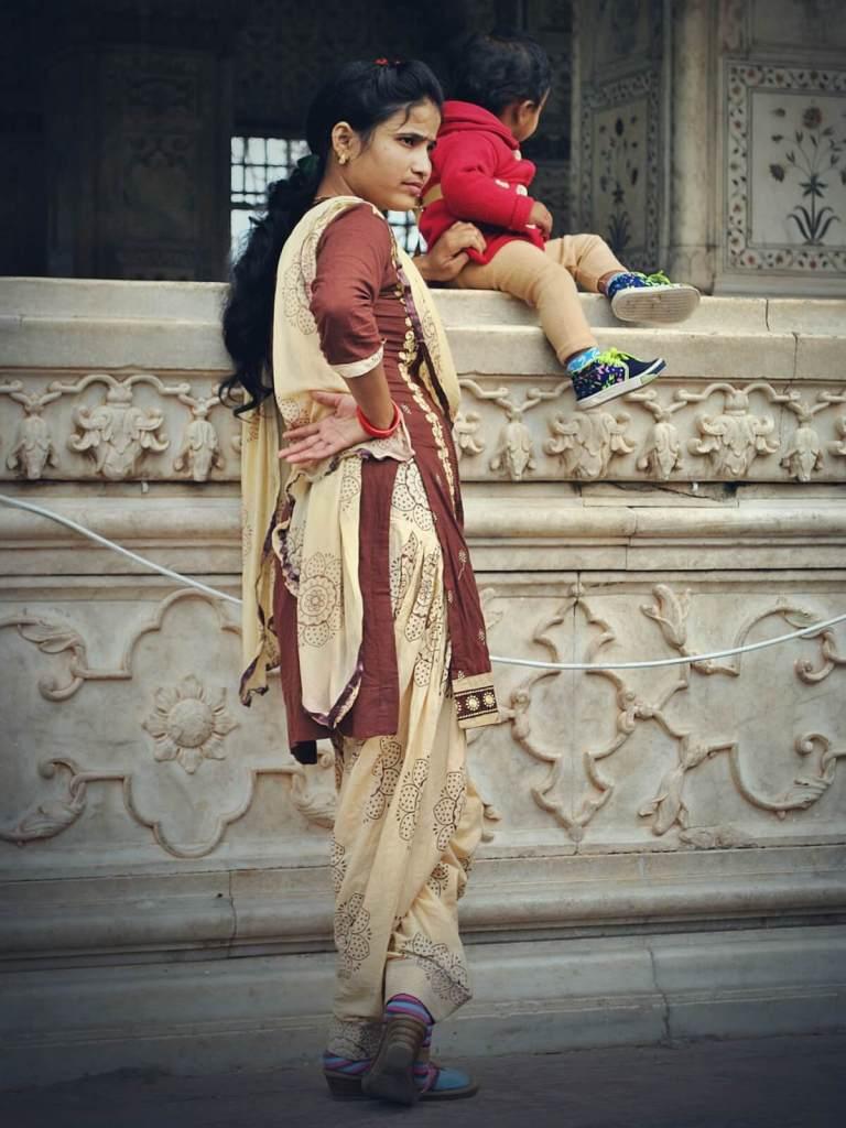 Hinduska zwiedza Czerwony Fort w Delhi.