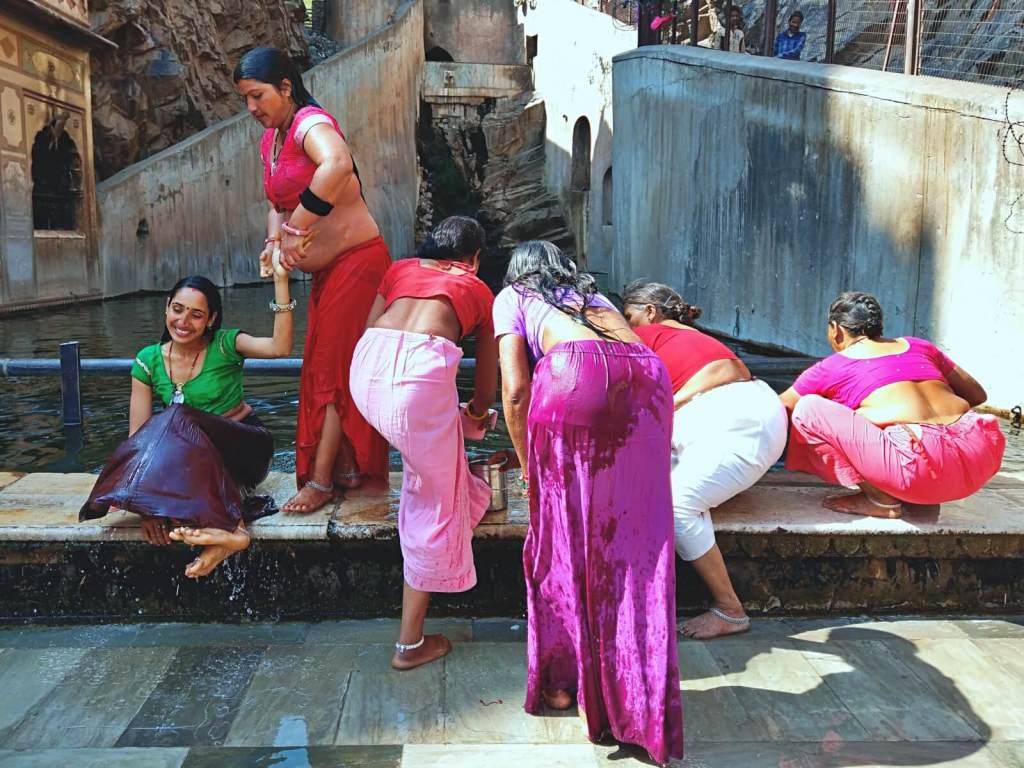 Kobiety uczestniczą w rytualnej, hinduistycznej kąpieli.