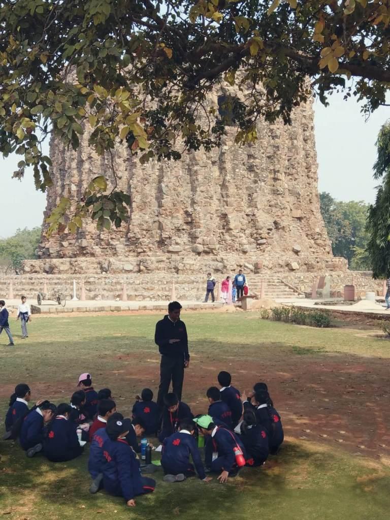Lekcje w plenerze przy Qutub Minar w Delhi w Indiach.