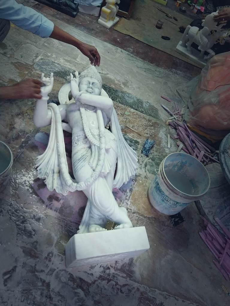 Marmurowy posąg Kryszny wyrzeźbiony w indyjskiego mieście Dżajpur.