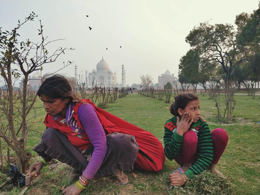 Turyści podziwiający zachód słońca nad Taj Mahal.