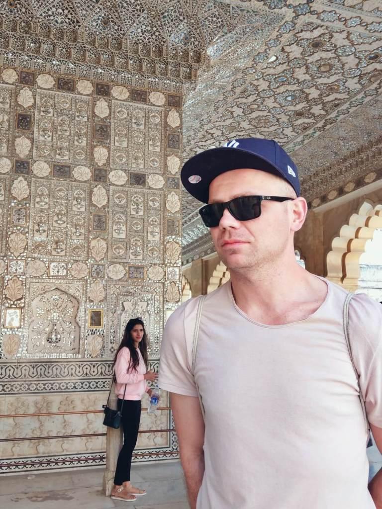 Bloger podróżniczy w Pałacu Luster w Amber Forcie.