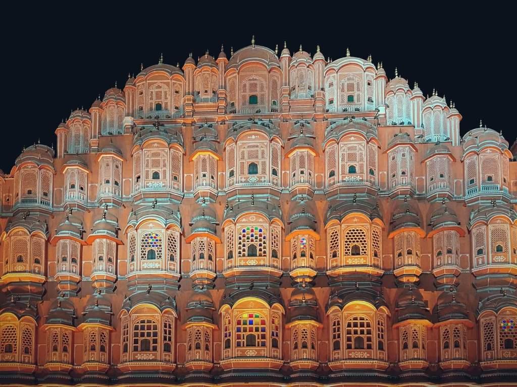 Pałac Wiatrów w Dżajpurze nocą.