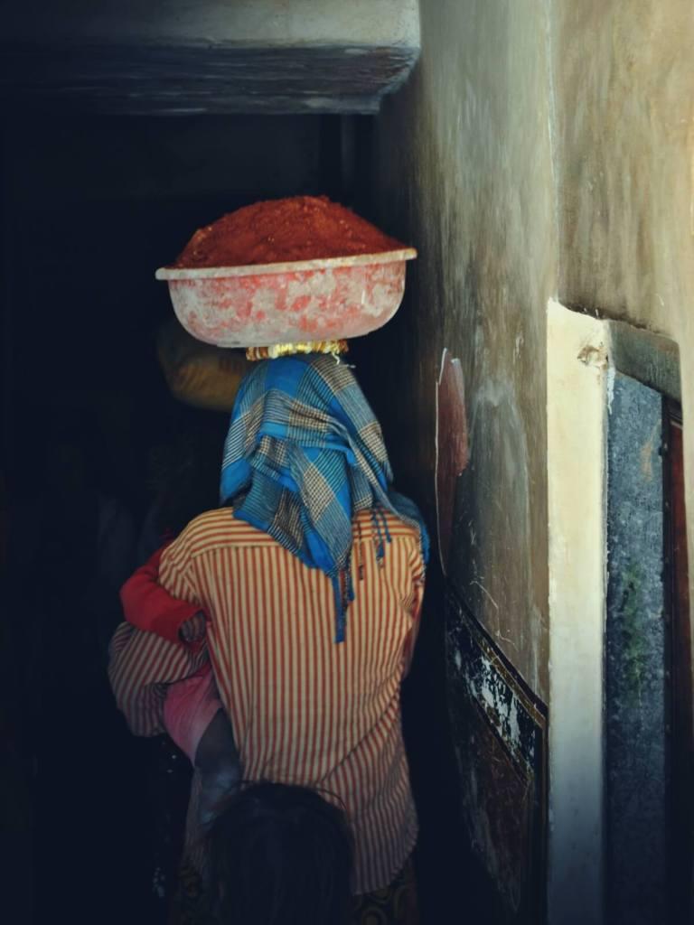 Kobieta pracująca przy remoncie Amber Fort w Dżajpurze.
