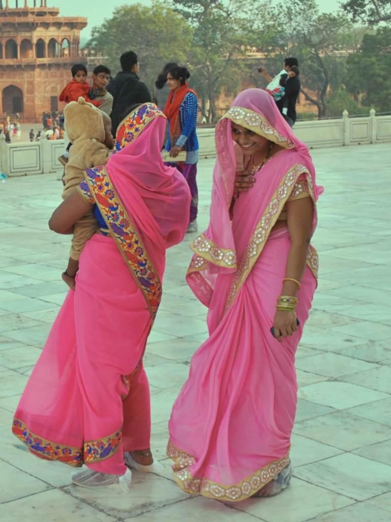 Indyjskie kobiety w tradycyjnych sari.