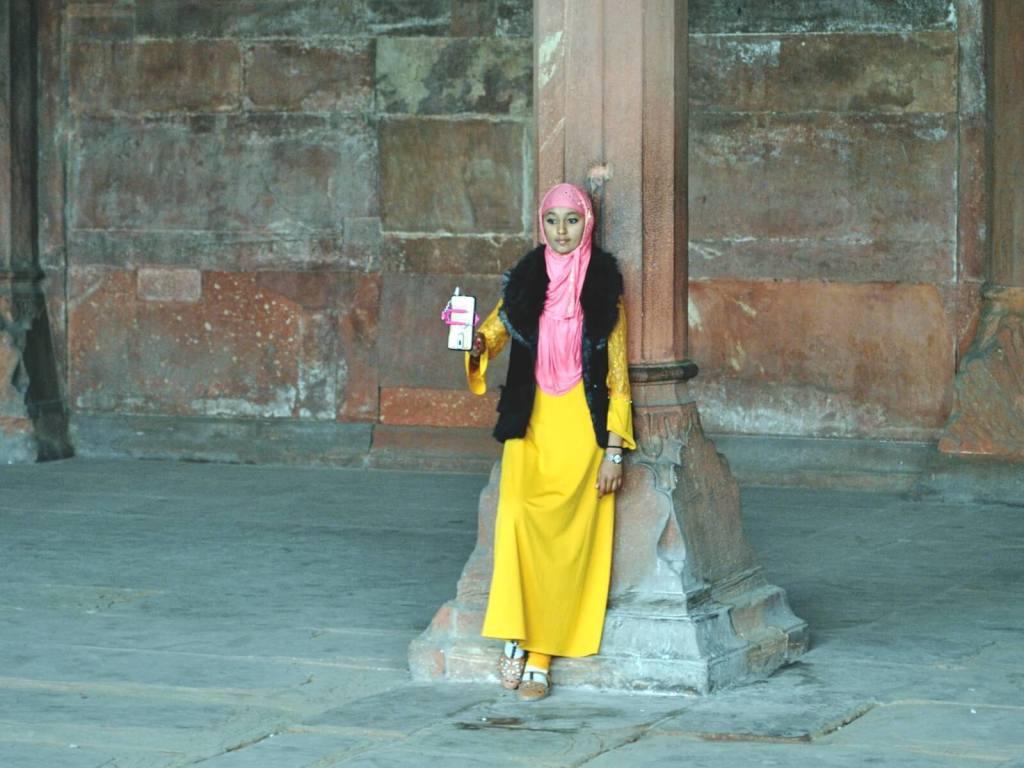 Muzułmańska kobieta robi sobie selfie w Czerwonym Forcie w Delhi.