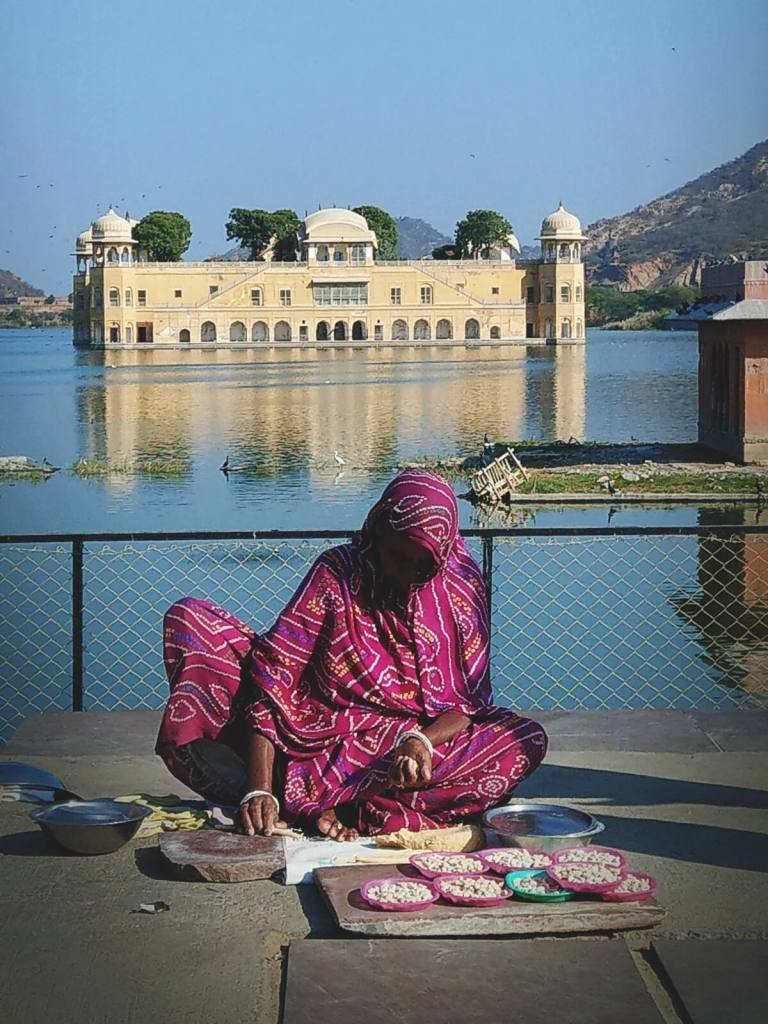 Kobieta sprzedająca fasolę przy Pałacu na Wodzie w Dżajpurze.