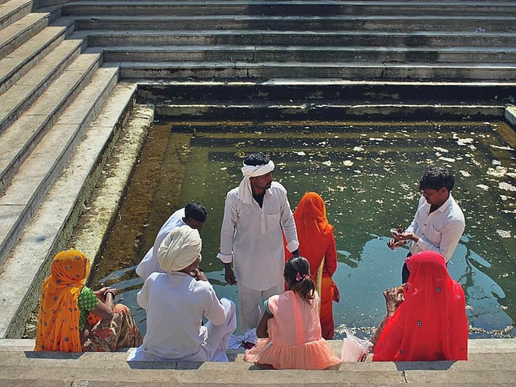 Hindusi przy basenie w Świątyni Małp w Dżajpurze.