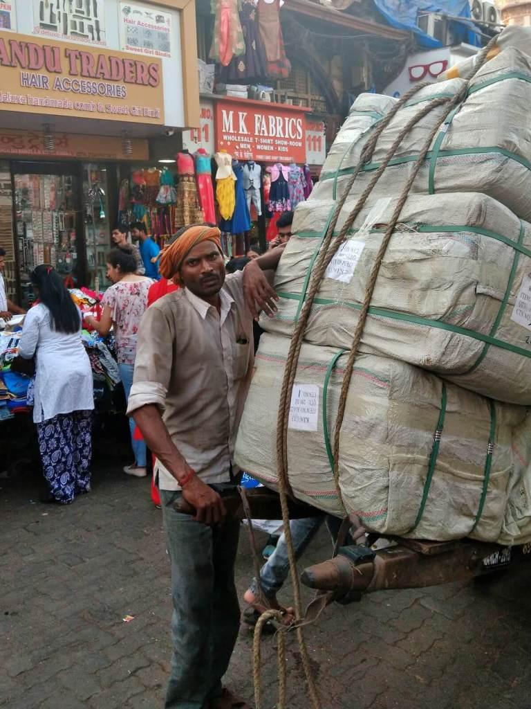 Tragarz z targu tekstyliów z Bombaju.