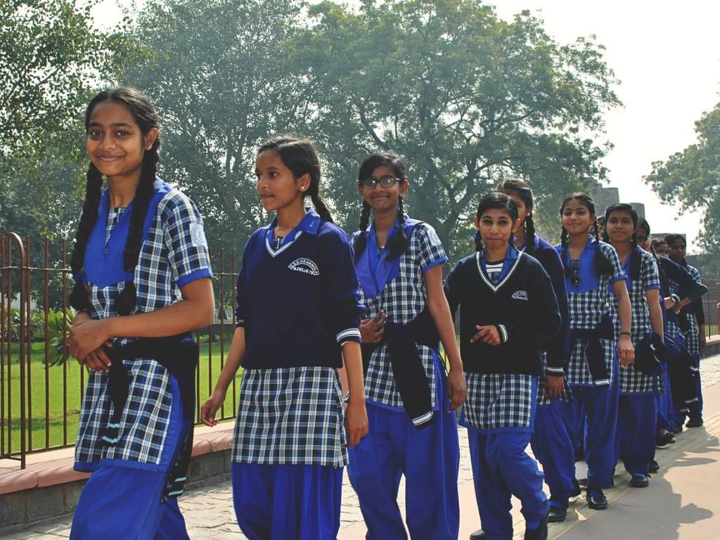 Uczennice zwiedzające Qubur Minar w Delhi.