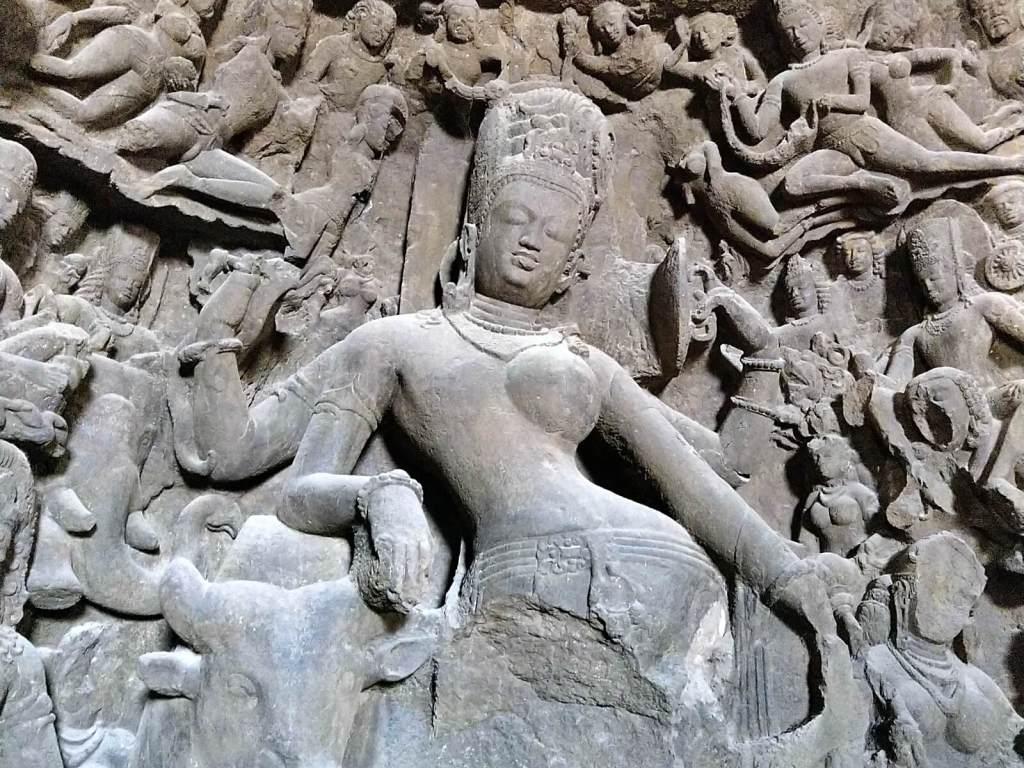 Płaskorzeźby hinduistycznych bóstw.