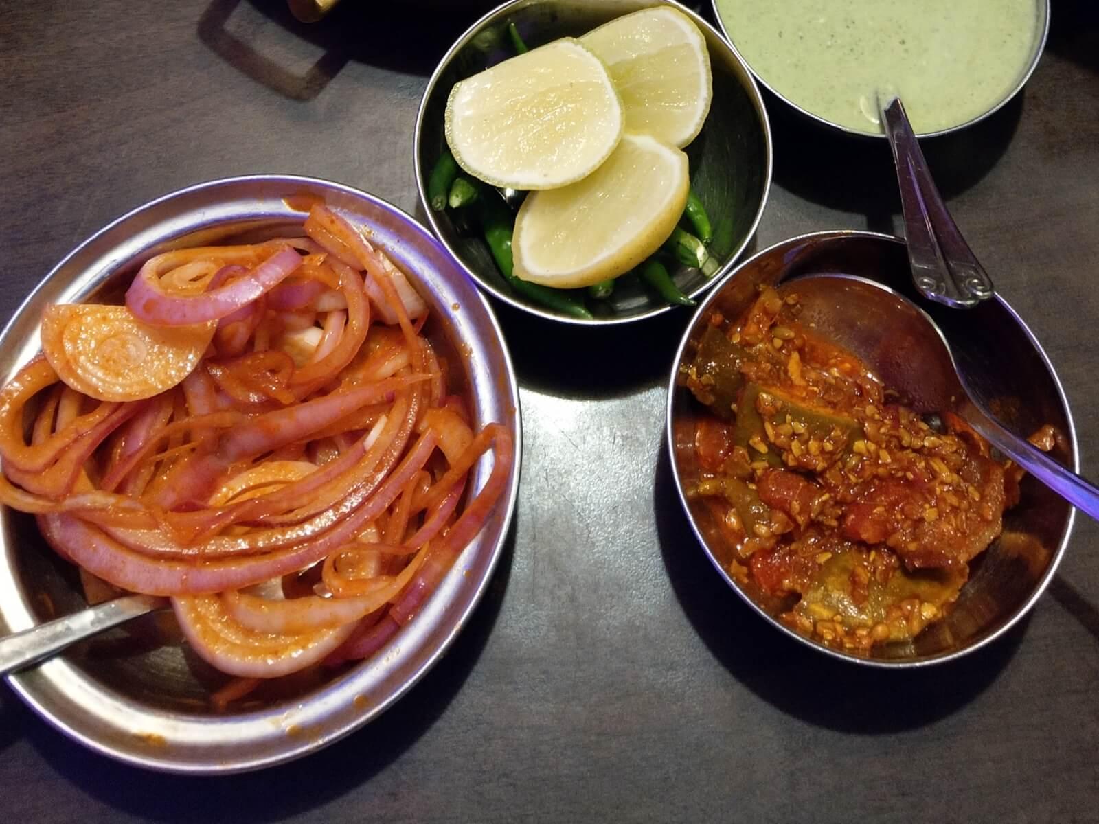 W Indiach do każdego posiłku serwowane są krążki cebulowe i piekielnie ostre piklowane warzywa.