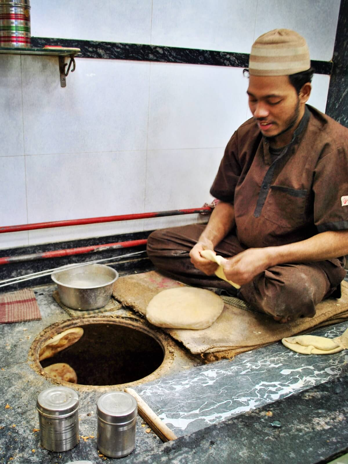 Wypiekanie tradycyjnego indyjskiego chleba Naan.
