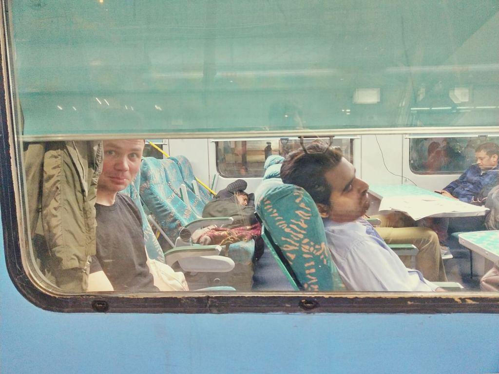 Bloger podróżniczy w indyjskim pociągu.