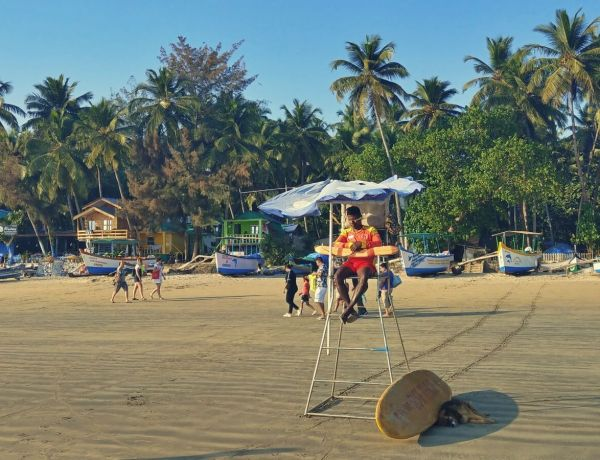Ratownik na plaży w Palolem na Goa.na
