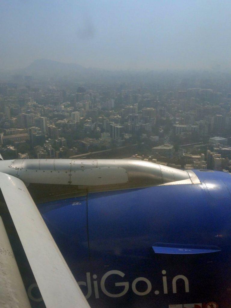 Samolot linii IndiGo ląduje na lotnisku w Bombaju w Indiach.