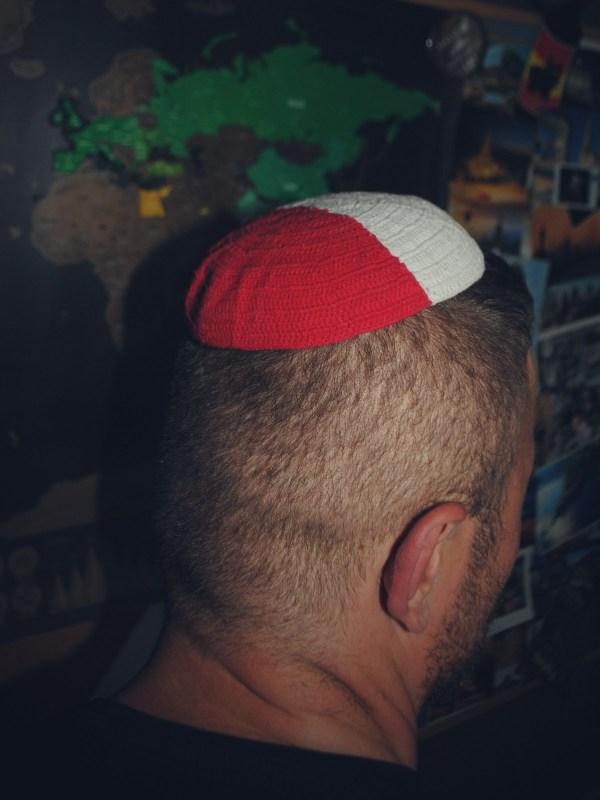 Biało czerwona jarmułka z Izraela.