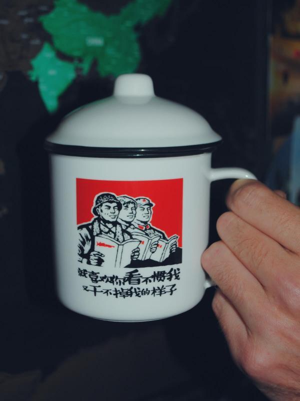 Chiński kubek z patriotycznymi hasłami.