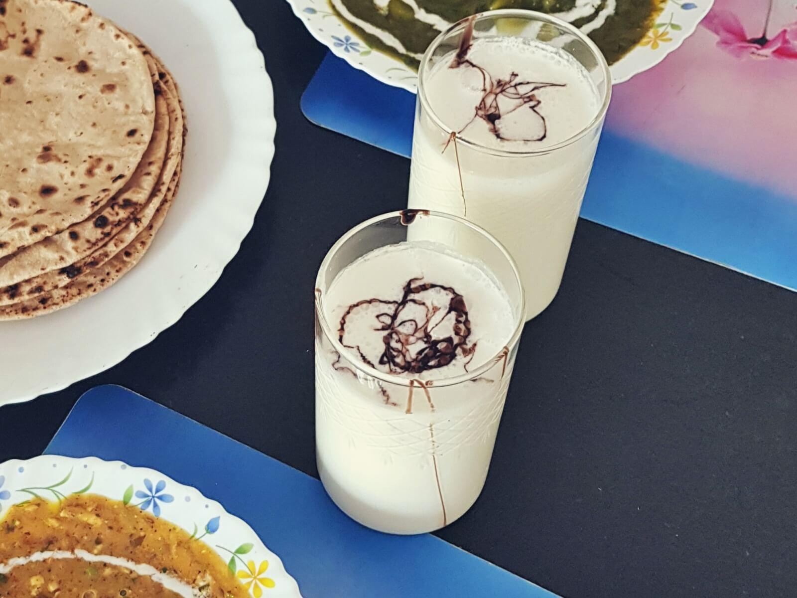 Lassi to indyjski napój na bazie jogurtu i przypraw.