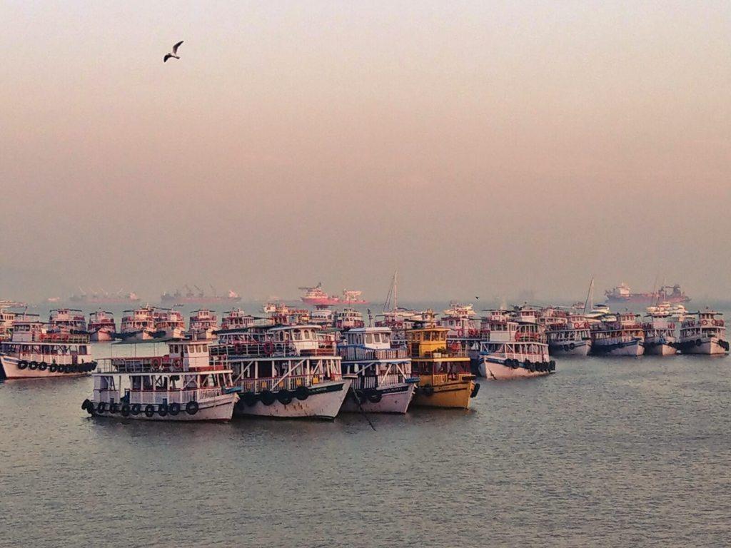 Łodzie i statki w Bombaju.