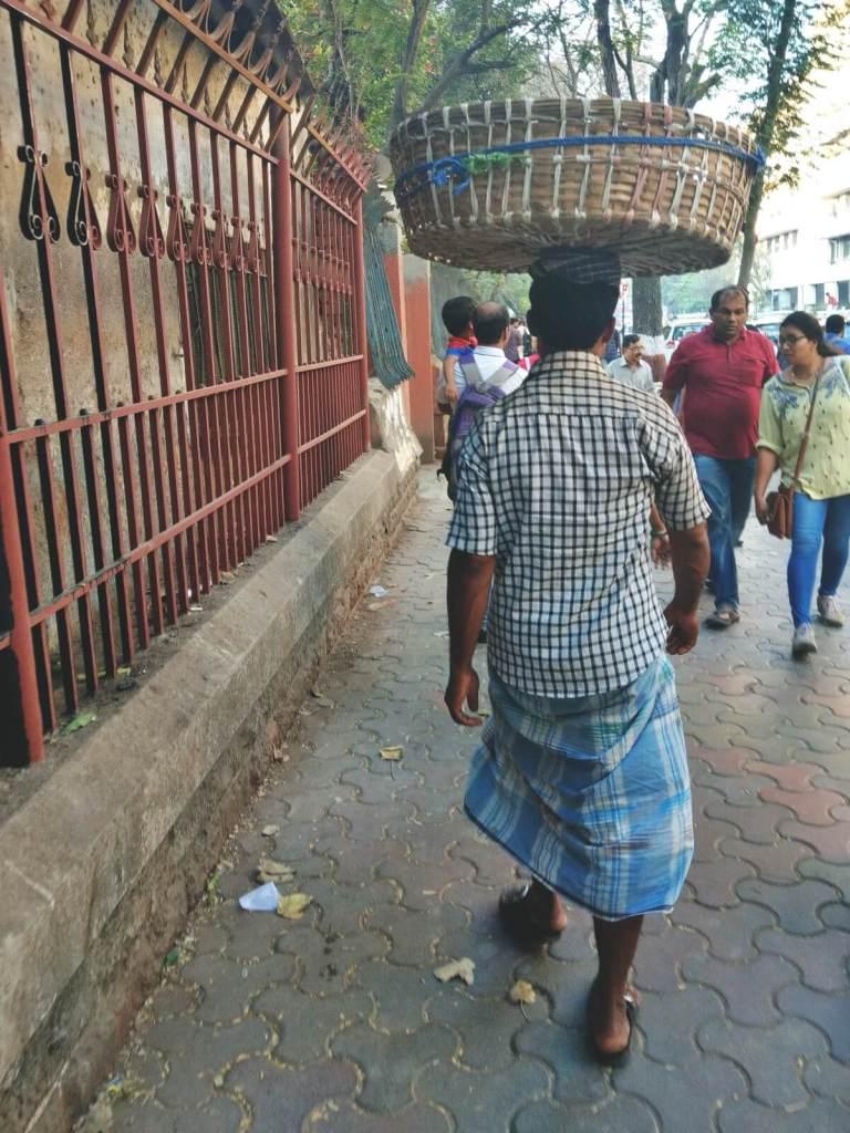 Tragarz z indyjskiego bazaru.