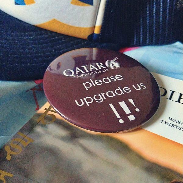 Plakietka linii lotniczych Qatar Airways.