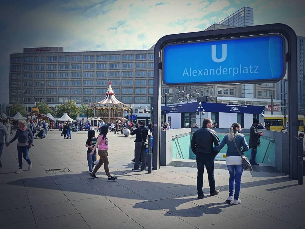 Wejście do metra na Alexanderplatz w Berlinie.