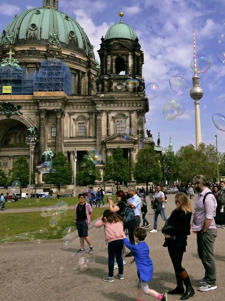 Bańki mydlane przed katedrą w Berlinie.