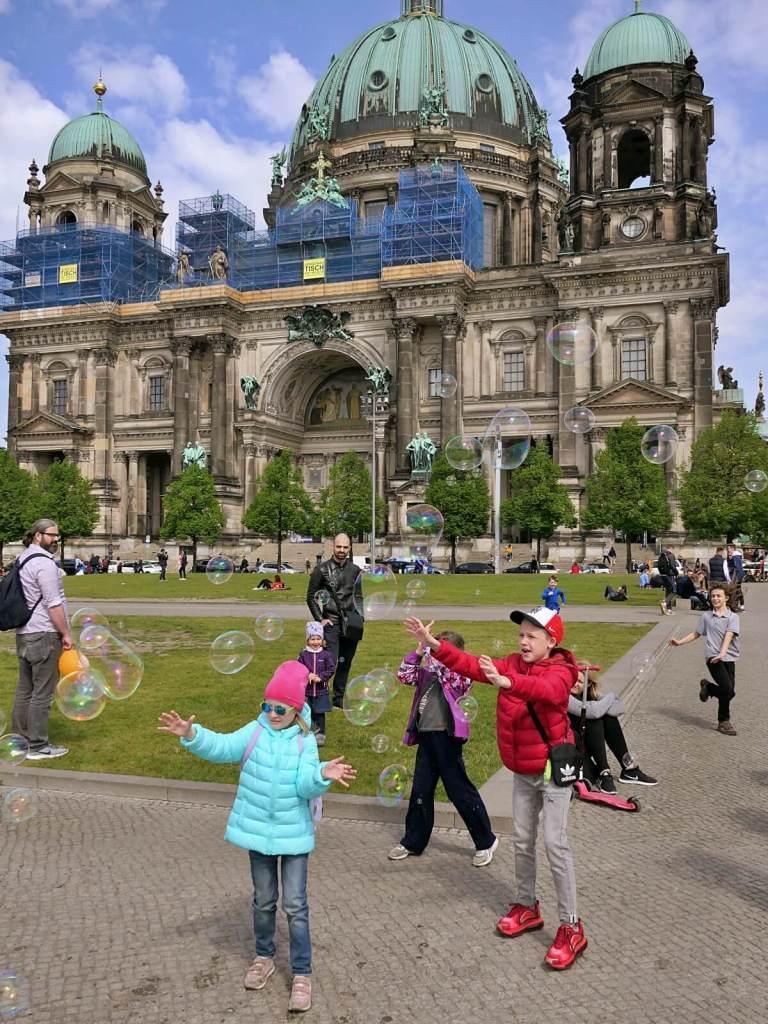 Bańki mydlane przed berlińską katedrą.