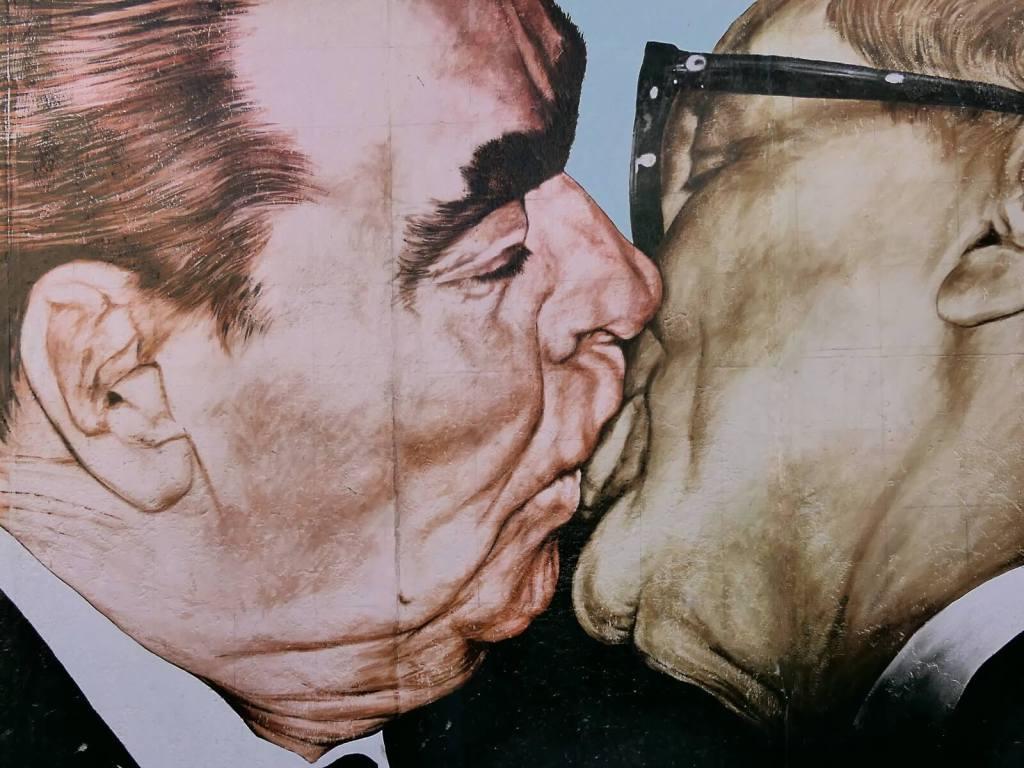 Pocałunek  Breżniewa z Honeckerem na East Side Gallery w Berlinie.