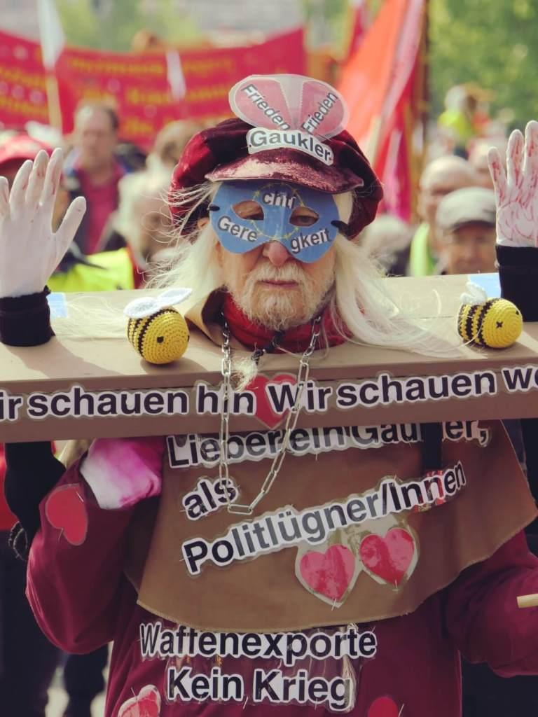 Uczestnik pochodu pierwszomajowego w Berlinie.