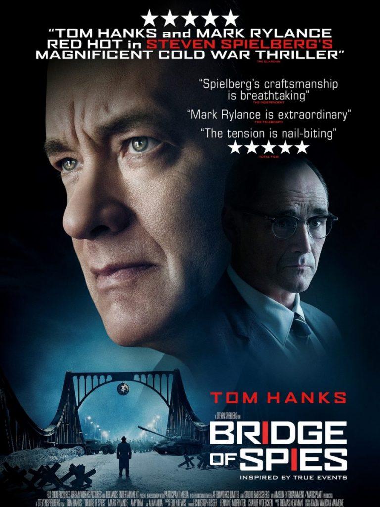 Plakat filmu Most Szpiegów z Tomem Hanksem.