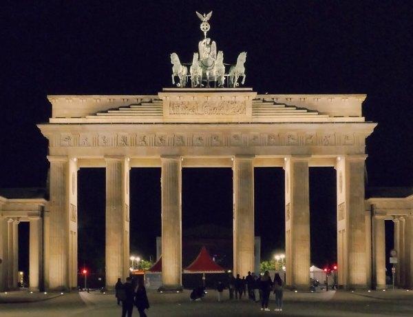 Brama Brandenburska w Berlinie nocą.