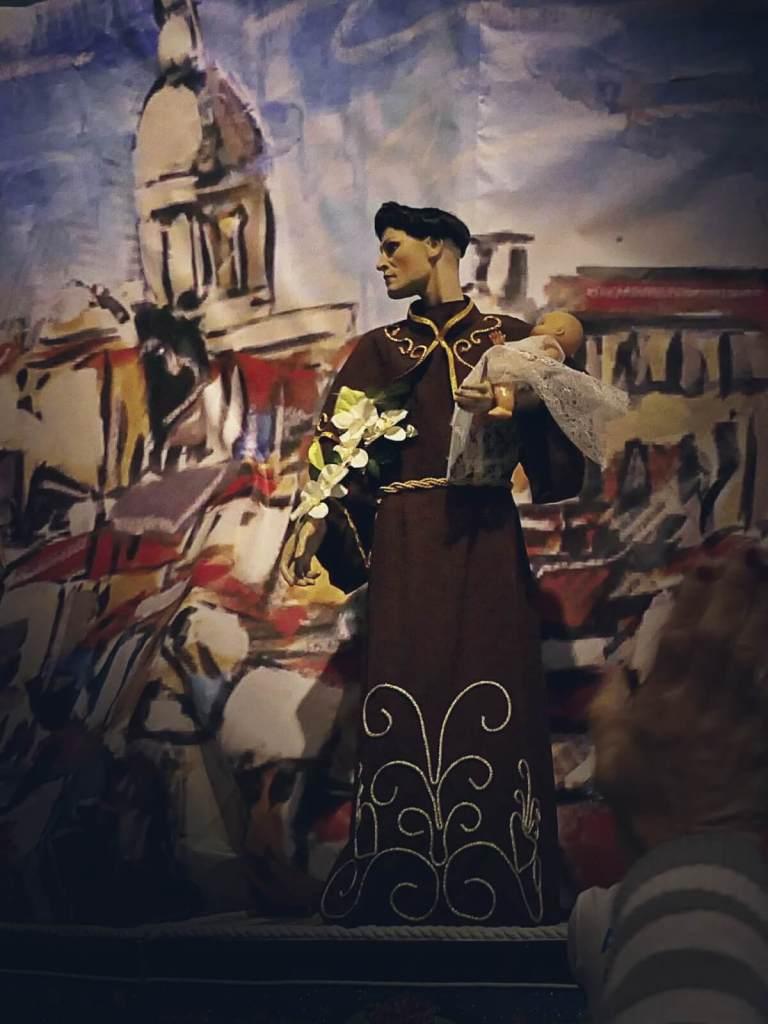 Obmoszeni figury św Antoniego po ulicach Lizbony.