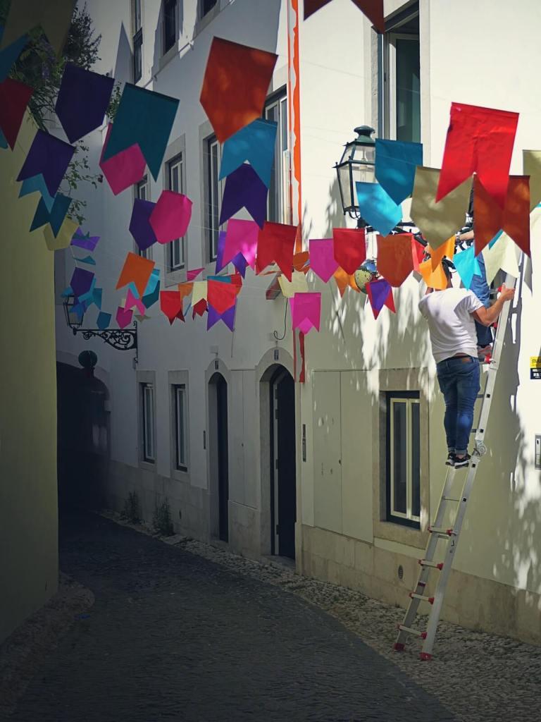 Dekorowanie ulic na festiwal w Lizbonie.