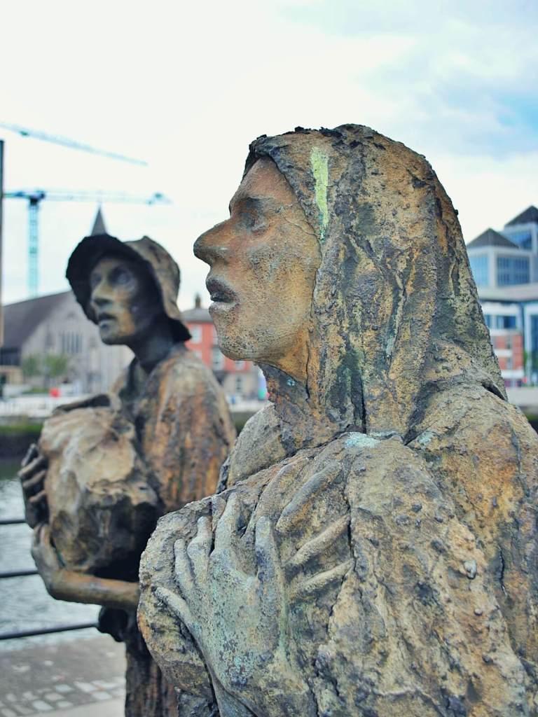 Posąg upamiętniający ofiary Wielkiego Głodu w Dublinie.