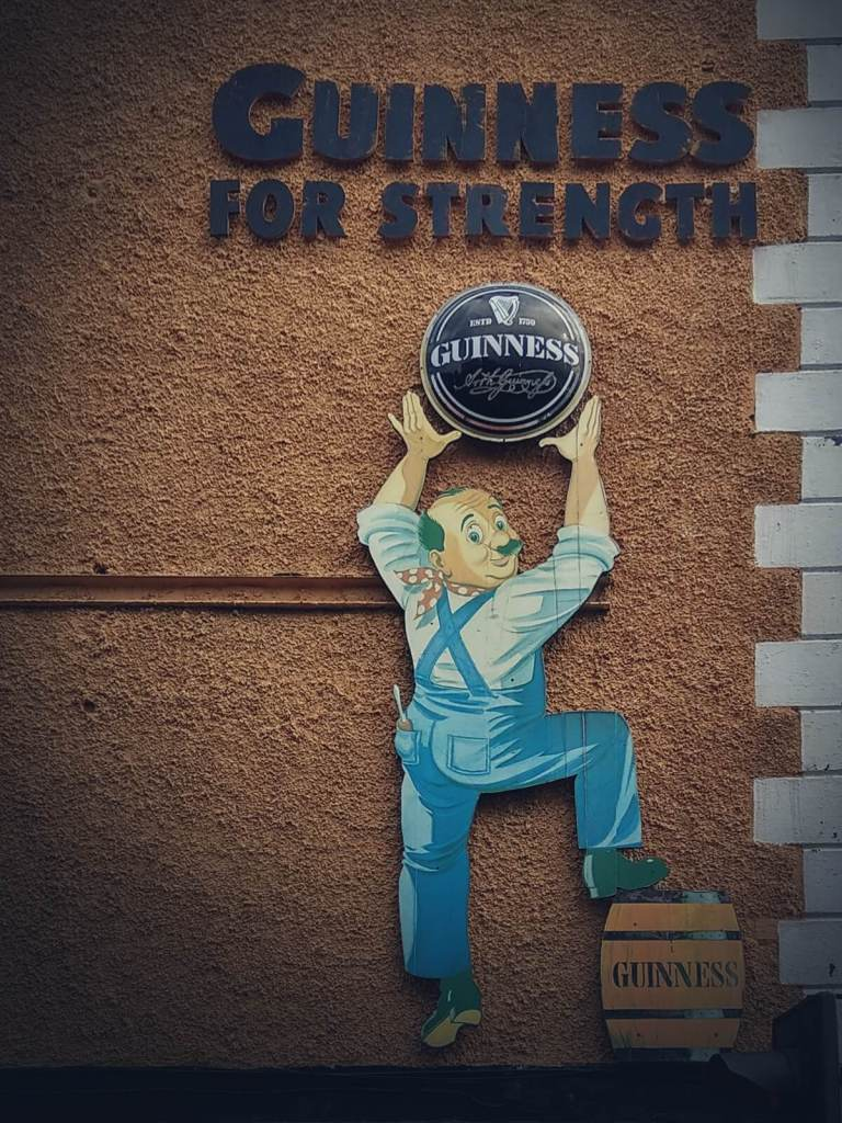 Reklama Guinnessa w Dublinie.