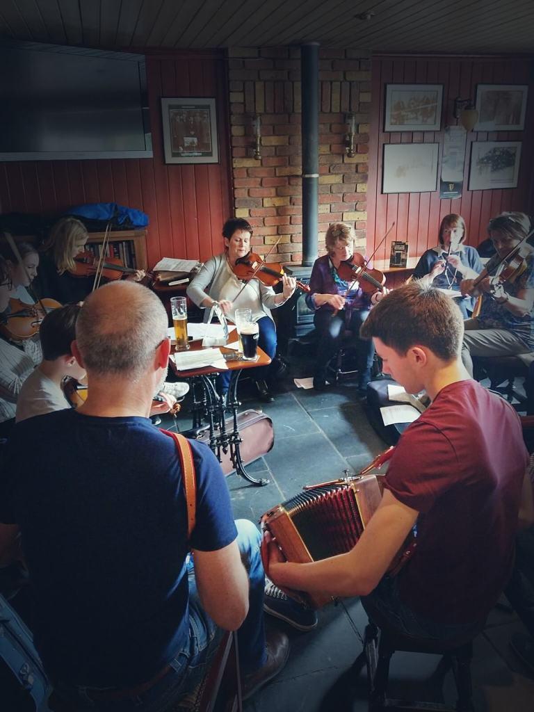 Irlandzka muzyka tradycyjna grana jest w pubach.