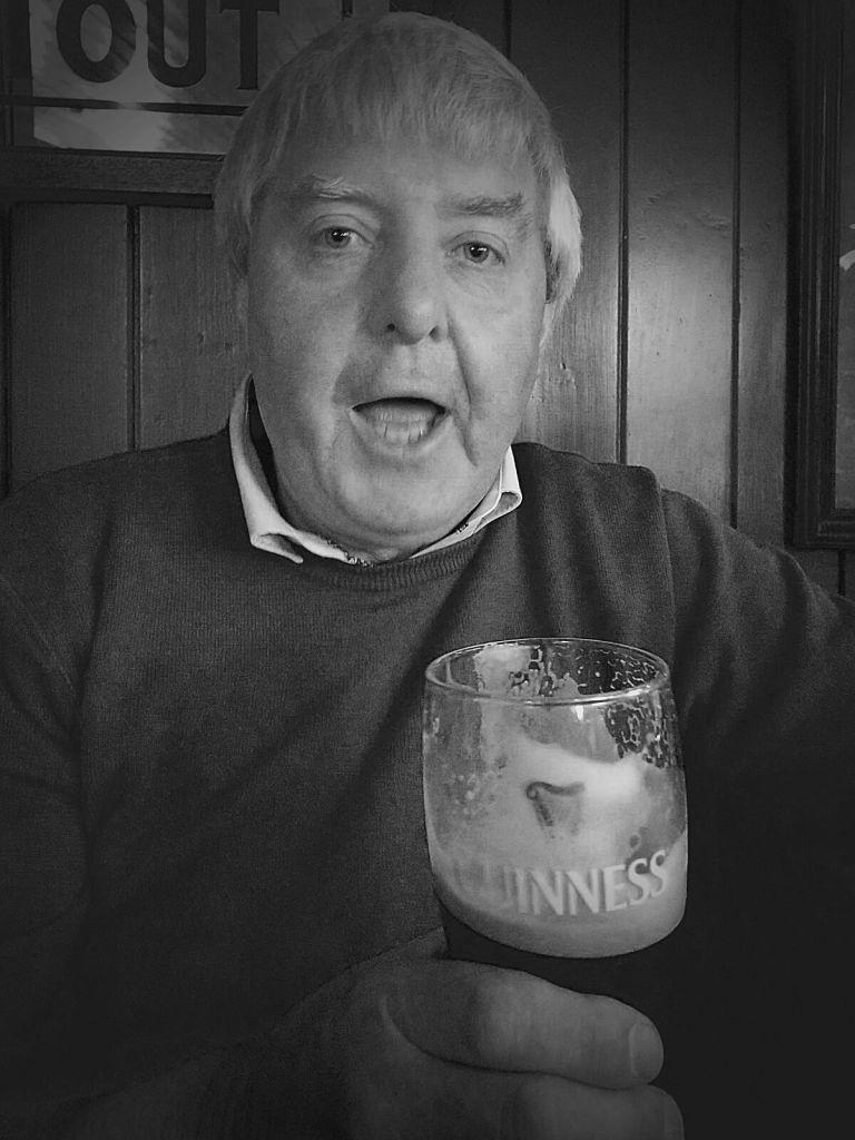 Irlandczyk pijący piwo Guinness.