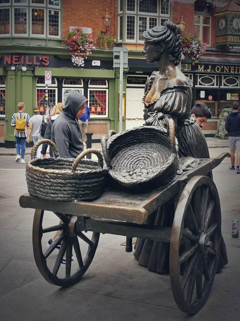 Pomnik Molly Malone w Dublinie.