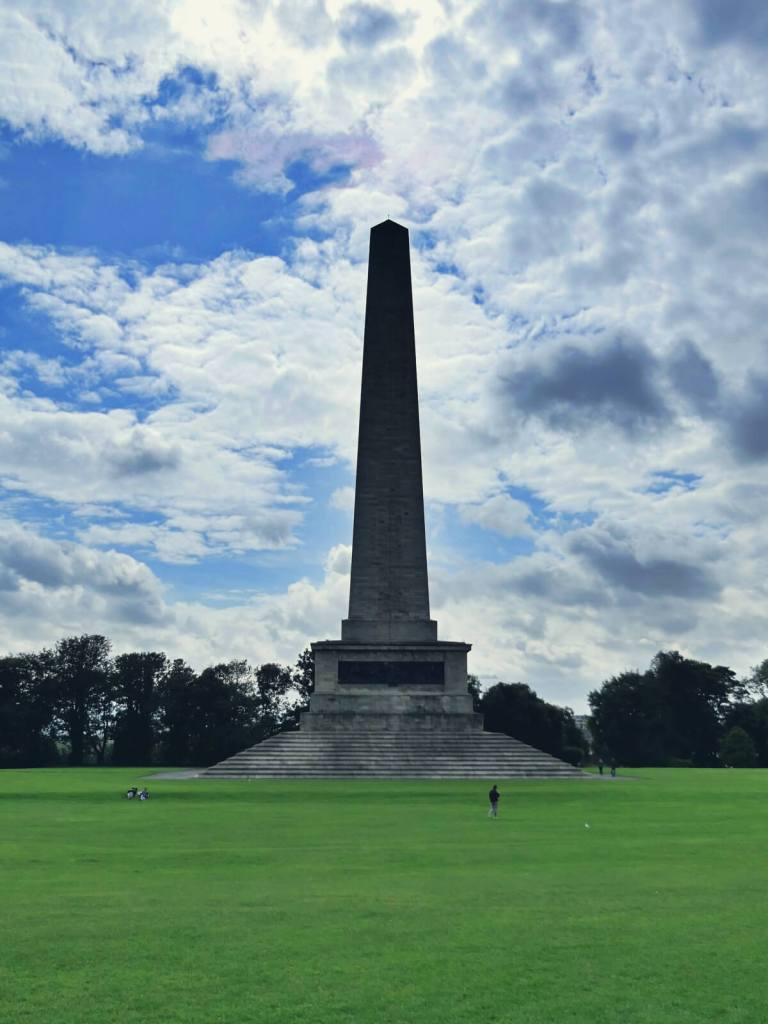 Obelisk w parku Phoenix w Dublinie.
