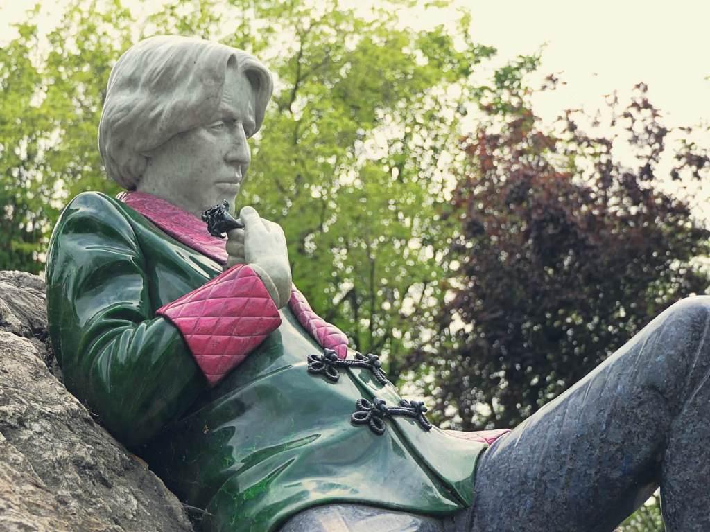 Pomnik Oskar Wilda w dublińskim parku.