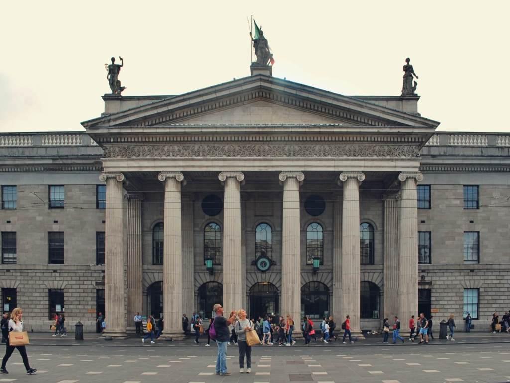 Budynek Poczty Głównej w Dublinie.