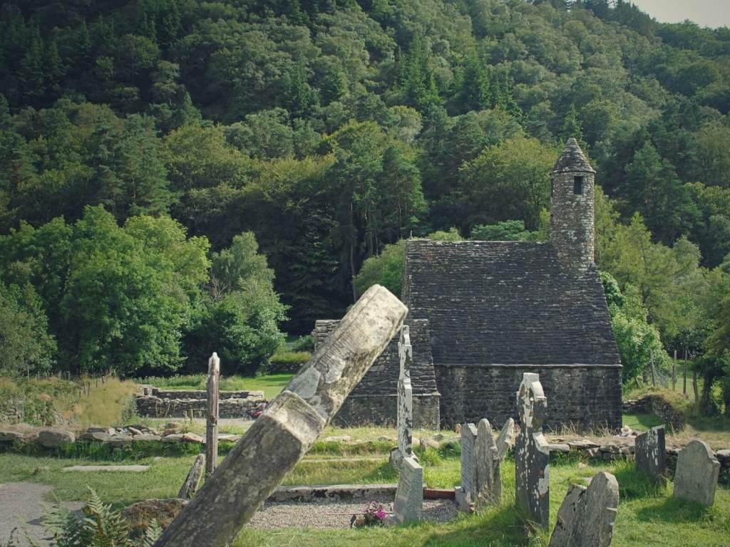 Kościół i cmentarz w Glendalough.
