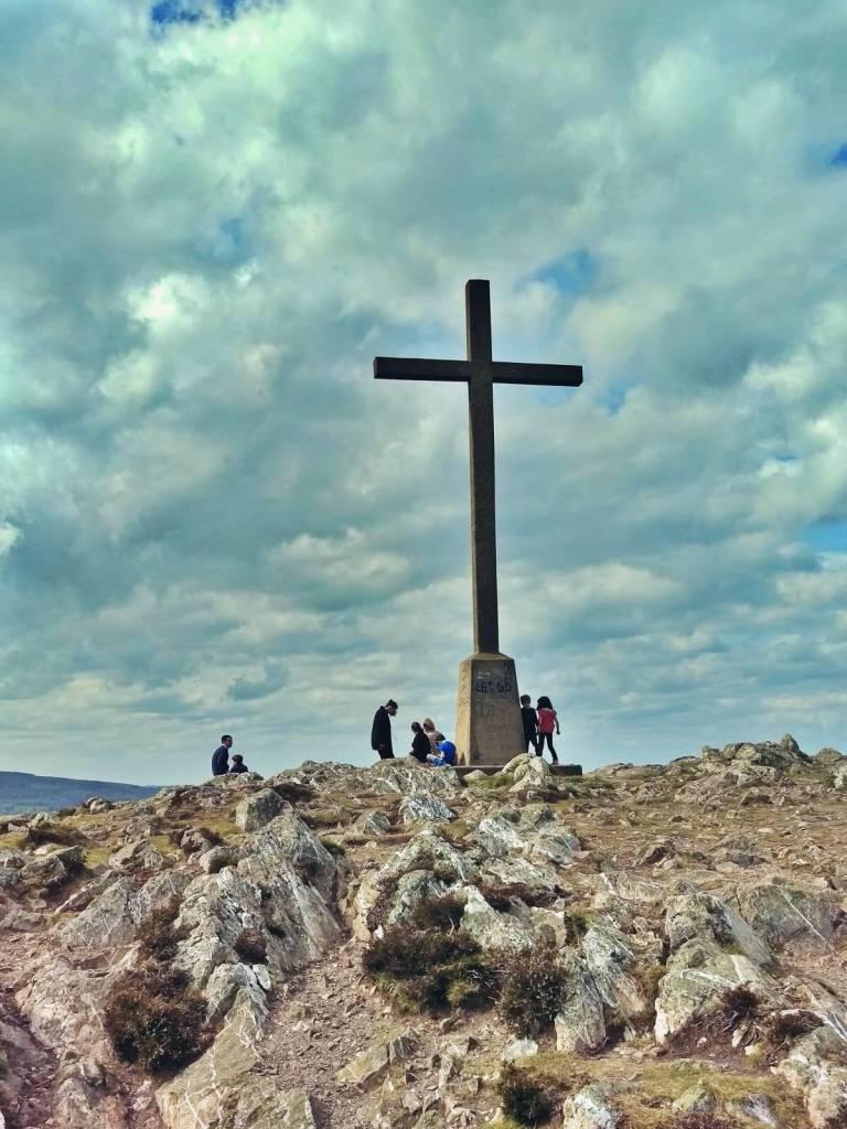 Krzyż na szczycie góry.