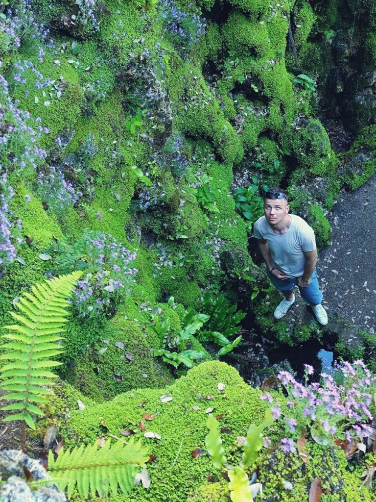 Bloger podróżniczy w ogrodach Powerscourt w Irlandii.