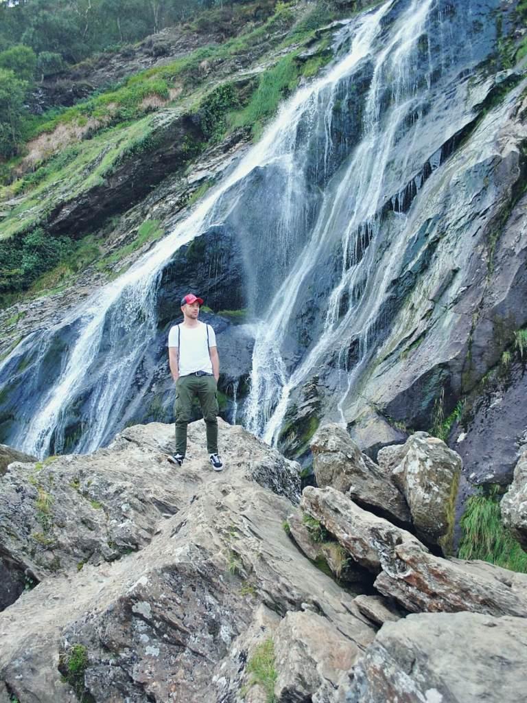 Malowniczy wodospad w Powerscourt w Irlandii.