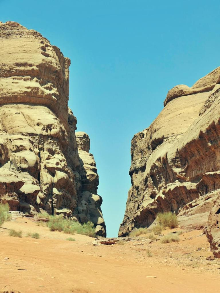 Kanion Abu Khashaba na pustyni Wadi Rum w Jordanii.