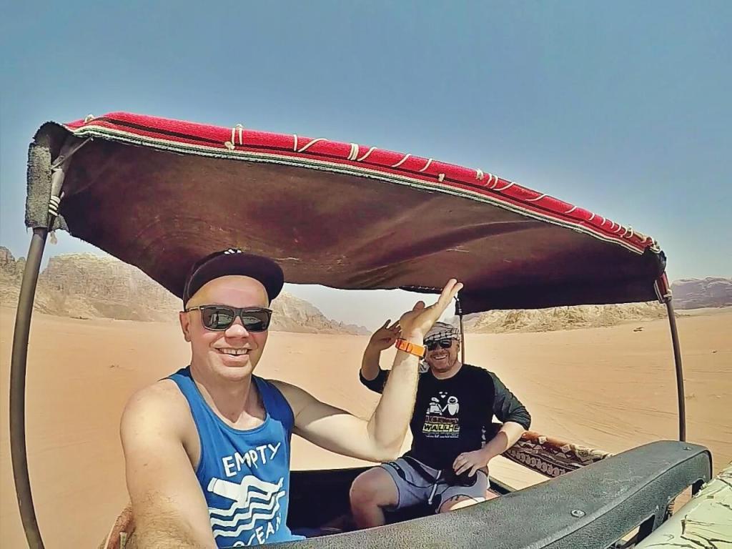 Blogerzy podróżniczy na pustyni Wadi Rum w Jordanii.