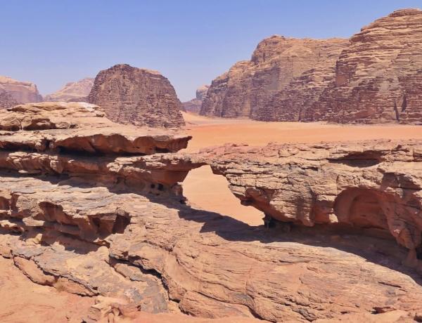 Mały łuk na pustyni Wadi Rum.